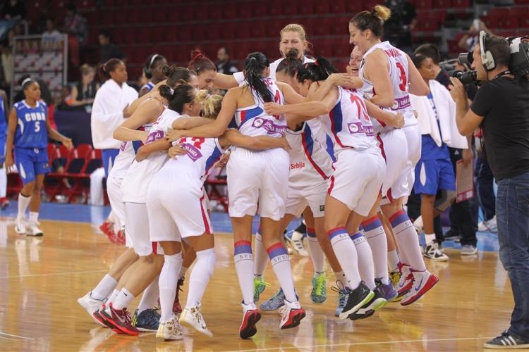 La selección de Serbia celebrando su pase a cuartos de final