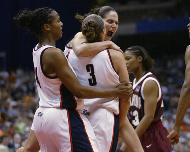 Diana Taurasi y Sue Bird celebrando el campeonato ganado en 2002 con la UConn