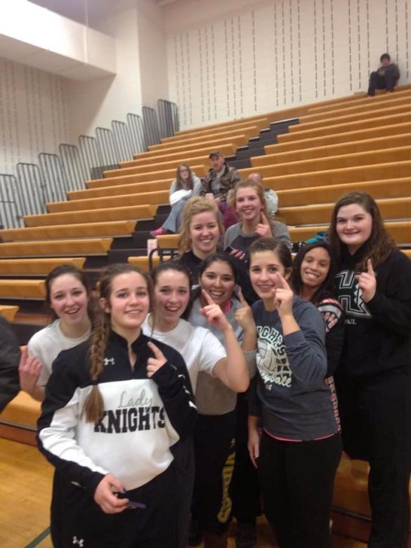 Las chicas de Lady Knights celebran su primera victoria tras 84 derrotas consecutivas.