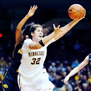 Amanda Zahui B. anotando 39 puntos y consiguiendo 29 rebotes en la victoria de Minnesota frente a Iowa.