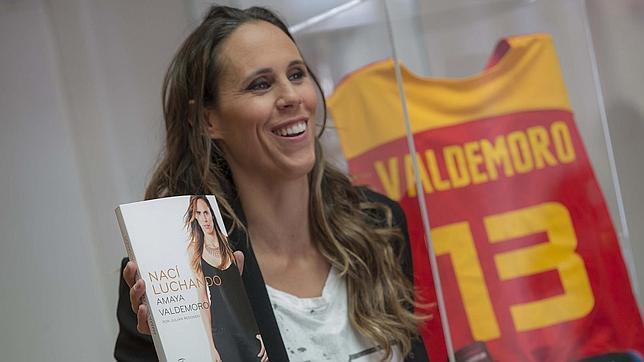 presentación del libro autobiográfico de amaya valdemoro, nací luchando