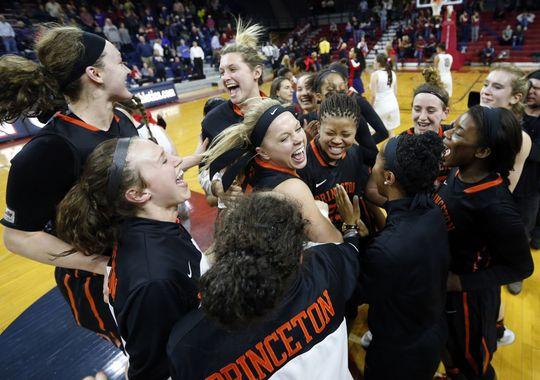 Las chicas de Princeton Tigers celebrando su temporada regular con pleno de victorias