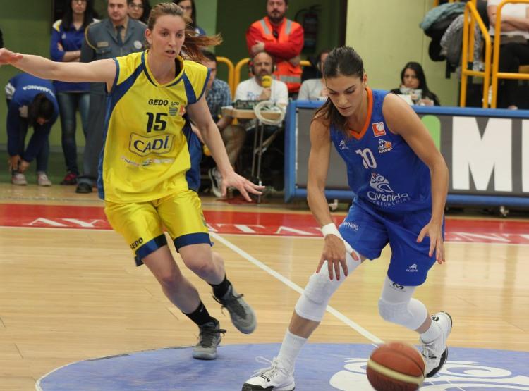 Marta Xargay y Laura Gil en un lance del tercer partido de las semifinales de Liga Femenina