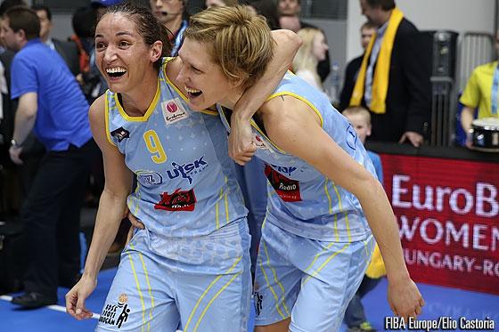 Laia Palau y Jana Veselá de ZVVZ USK Prague celebrando el pase a la final de la Euroliga Femenina.