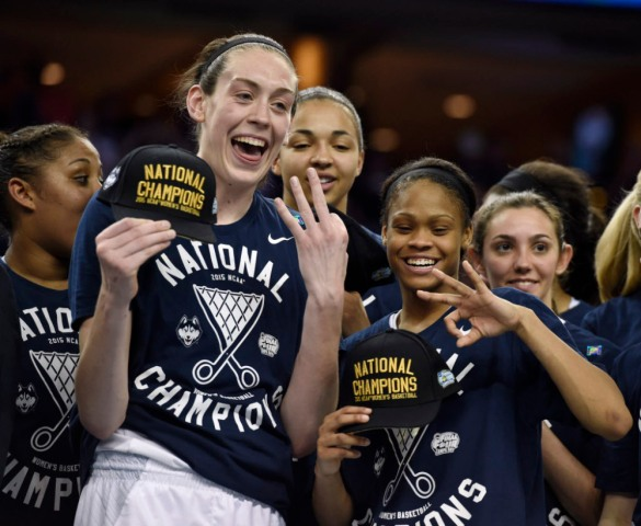 UConn celebrando su tercer título consecutivo de la NCAA.