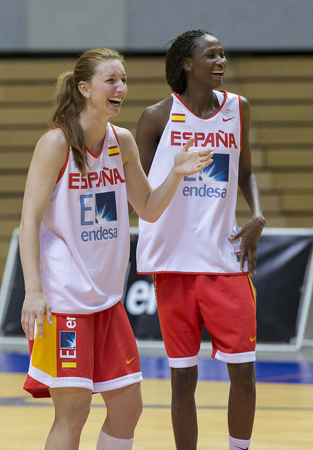 Laura Gil y Astou Ndour.