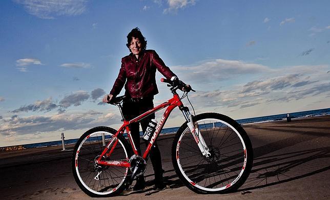 Elisa Aguilar posando con una mountain bike antes de la Titan Desert