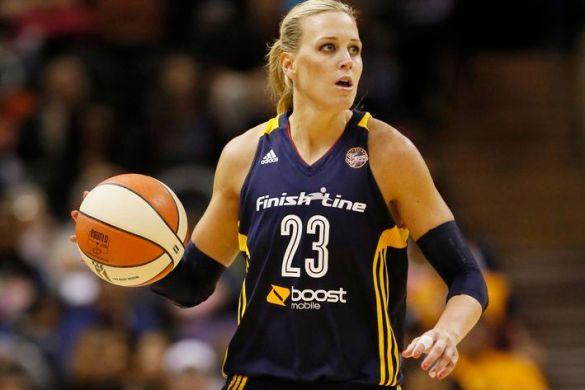 Katie Douglas jugando con Indiana