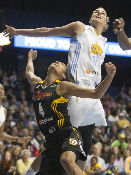 Elena Delle Donne se eleva por Skylar Diggins. Foto: South Bend Tribune/ROBERT FRANKLIN. South Bend Tribune/ROBERT FRANKLIN.Tulsa's Skylar Diggins watches a shot next to Chicago's Elena Delle Donne during the WNBA game between the Tulsa Shock and Chicago Sky on Sunday, June 2, 2013, inside the Allstate Arena in Rosemont, Ill. .
