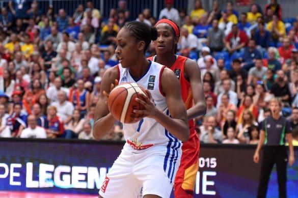 Sandrine Gruda atacando contra Astou Ndour. Francia - España. Eurobasket de Hungría y Rumanía
