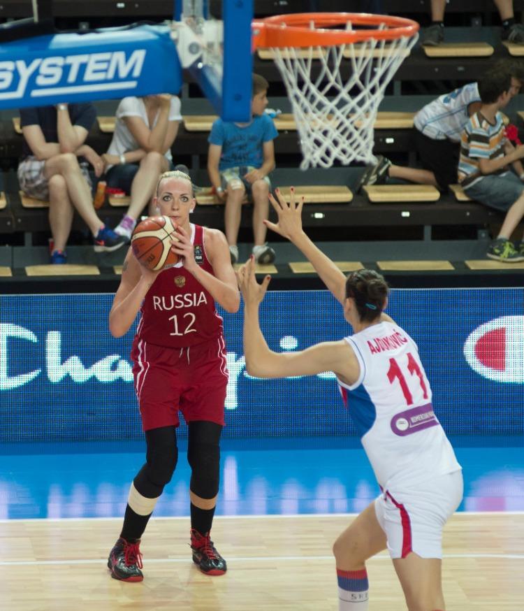 Irina Ospiva de Rusia tirando a canasta. Eurobasket de Hungría y Rumanía.