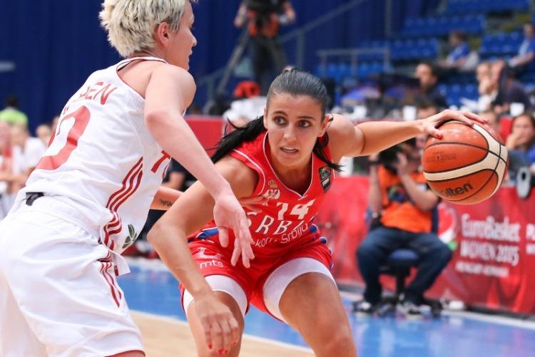Ana Dabovic atacando frente a Isil Alben. Turquía - Serbia. Eurobasket de Hungría y Rumanía.