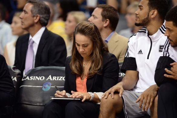 Becky Hammon entrenando a San Antonio Spurs
