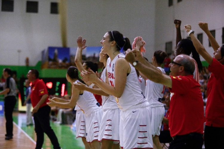Banquillo de España celebrando una canasta ante Rusia. Europeo U20 Femenino de Lanzarote