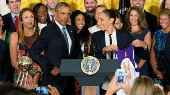 Barack Obama recibe a las vigentes campeonas de la WNBA, Phoenix Mercury, en la Casa Blanca