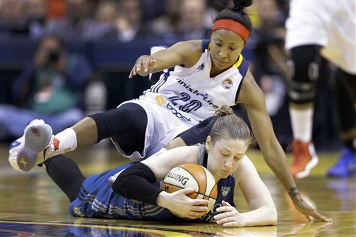 Brian Jannuary y Lindsay Whalen peleando por un balón. Indiana Fever contra Minnesota Lynx. WNBA Finals