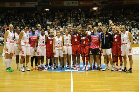 Jugadoras de Spar Citylift Girona y Estados Unidos al finalizar el encuentro