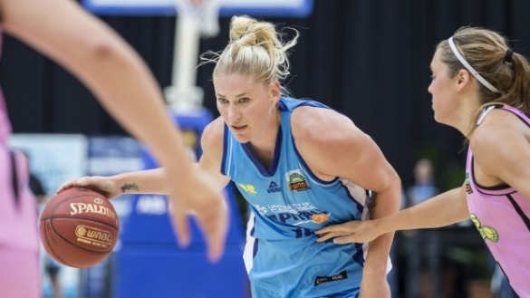 Lauren Jackson jugando con University of Canberra Capitals