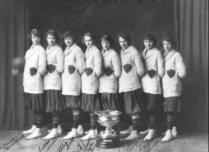 Wayland Baptist Flying Queens posando con uno de sus títulos de la AAU