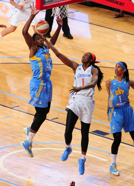 Delisha Milton Jones defendiendo los colores de Atlanta Dream