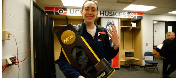 Breanna Stewart celebrando el título de campeón de la NCAA con UConn