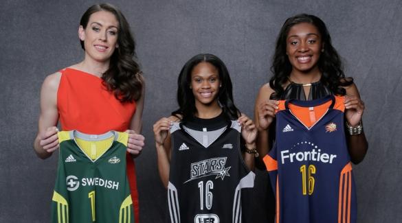 Las tres jugadoras de UConn mostrando las camisetas de los equipos al que pertenecen