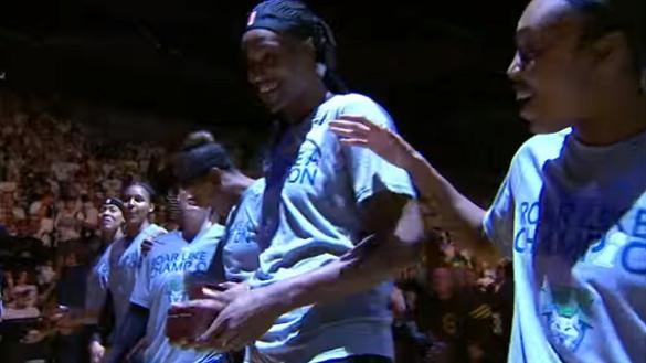 Las Minnesota Lynx recogiendo su anillo de campeonas de la WNBA