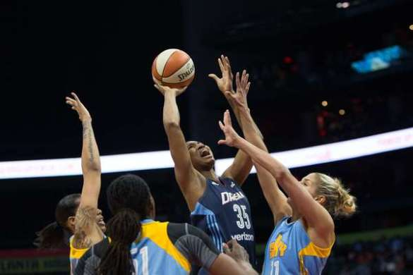 Angel McCoughtry de Atlanta Dream intenta tirar ante la defensa de Chicago Sky
