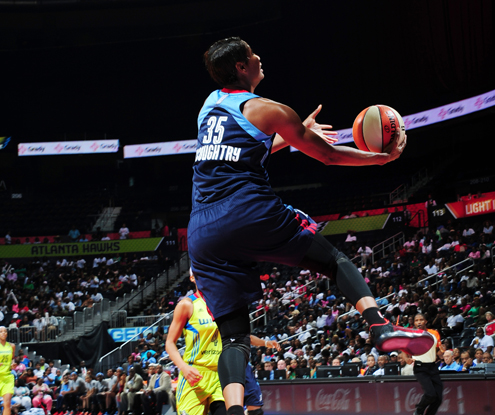 Angel McCouhgtry de Atlanta Dream buscando la clasificación para los WNBA Playoffs.