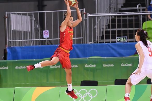 Marta Xargay intentando salvar el balón