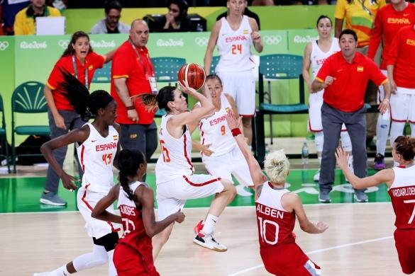 Anna Cruz en el momento del lanzamiento que da el pase a semifinales a España
