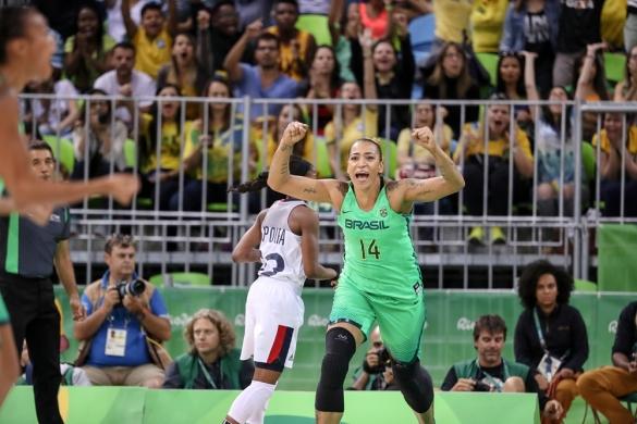 La brasileña Erika de Souza celebrando una canasta