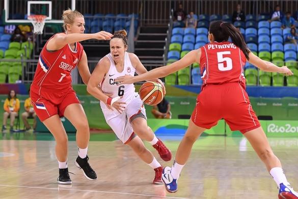 Shona Thorburn de Canadá intenta avanzar ante la defensa de Serbia
