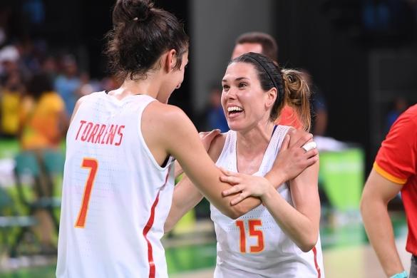 Alba Torrens y Anna Cruz celebrando el pase a la final de Río 2016.
