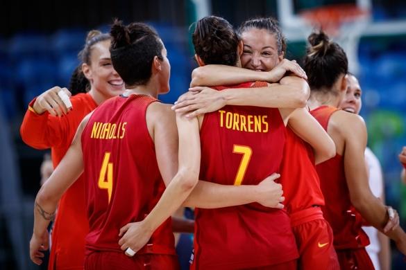 España celebra la victoria ante Serbia en el debut en Río 2016