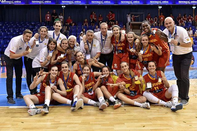 La Selección U18 Femenina celebrando la medalla de plata conseguida en el Europeo