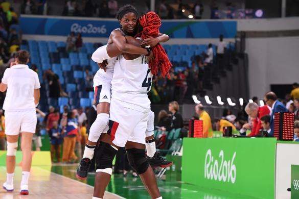 Isabelle Yacoubou y Olivia Epopupa celebran el pase de Francia a semifinales