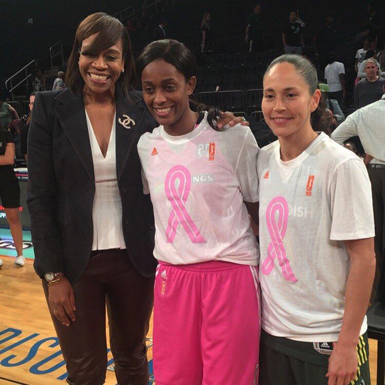 Swin Cash (centro) junto a Tina Thompson (izquierda) y Sue Bird (derecha)