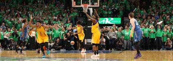 Los Ángeles Sparks celebran la victoria frente a Minnesota Lynx