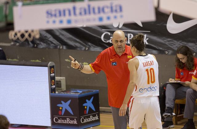 Lucas Mondelo hablando con Marta Xargay