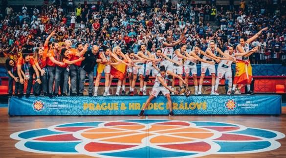 Laia Palau, capitana de España, levanta el trofeo de campeonas de Europa
