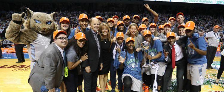 WNBA Finals: Minnesota Lynx campeonas de la WNBA al derrotar a Los Ángeles Sparks.