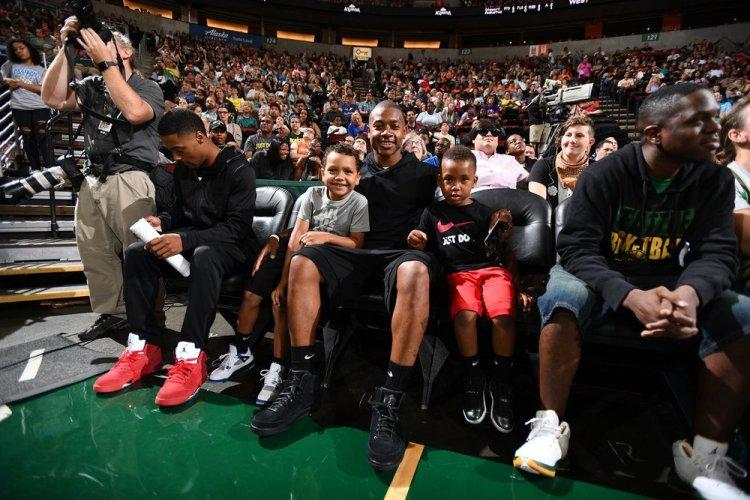 Isaiah Thomas viendo un partido de la WNBA con sus hijos