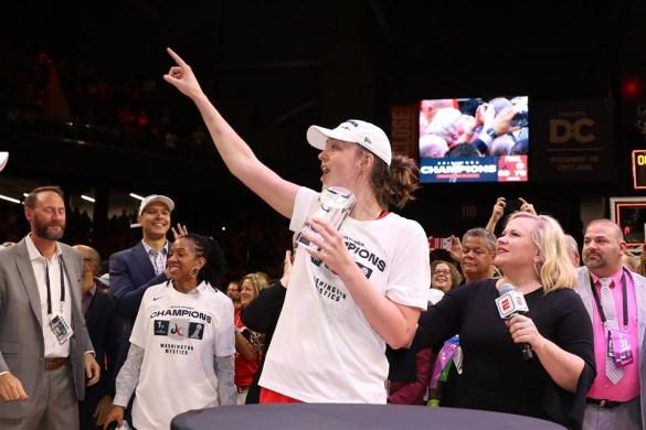 Emma Meesseman celebrando el anillo y el MVP de las WNBA Finals