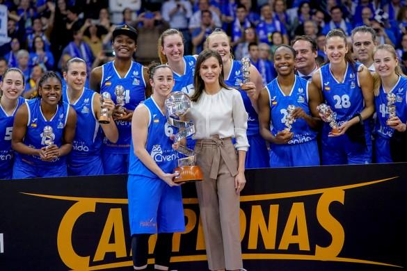 Copa de la Reina 2020: SM La Reina Doña Letizia entrega el trofeo de campeón de la Copa de la Reina 2020 a Perfumerías Avenida