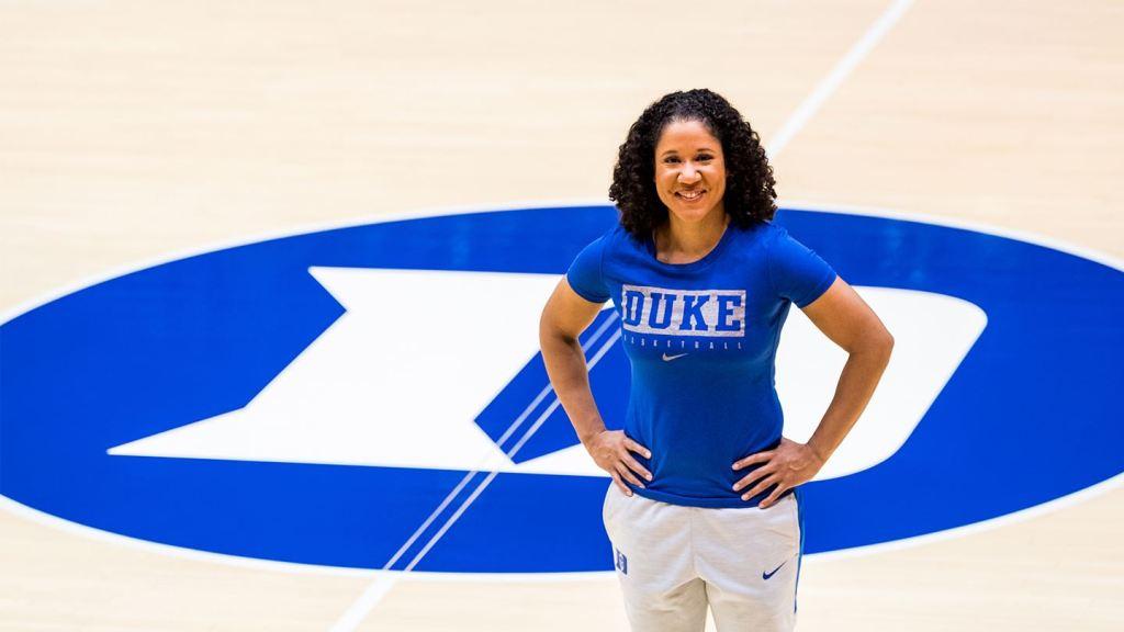 Kara Lawson, entrenadora de las Blue Devils de la Universidad de Duke