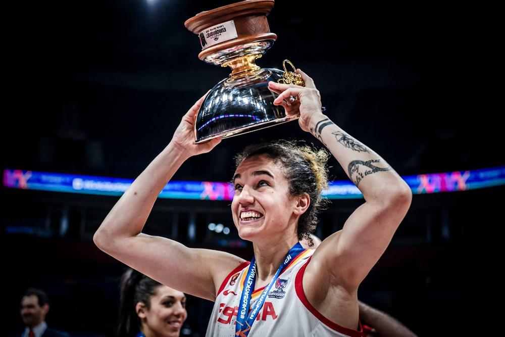 Laura Nicholls celebrando el Eurobasket de Serbia y Letonia