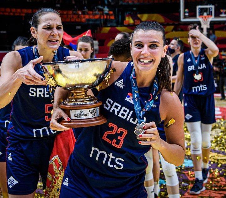 Ana Dabovic y Sonja Vasic celebrando el oro de Serbia en el Eurobasket de España y Francia