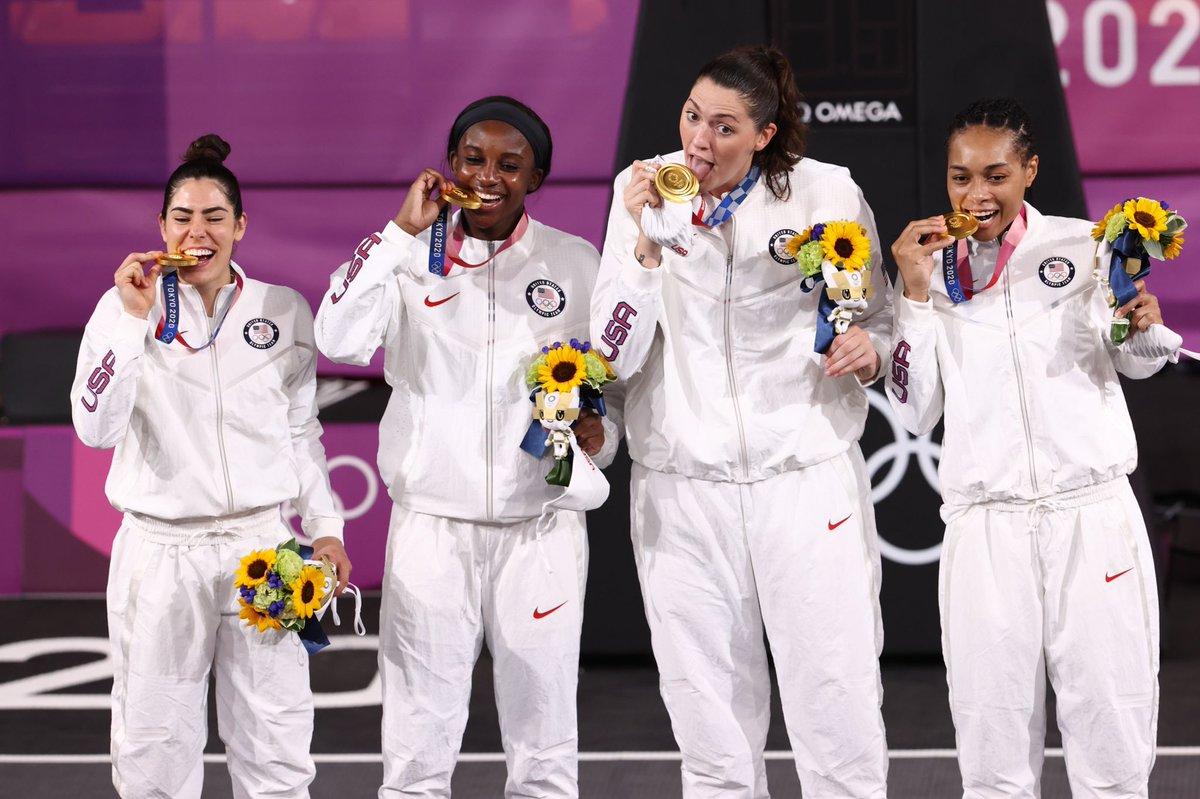 Estados Unidos celebrando el oro en el 3x3.