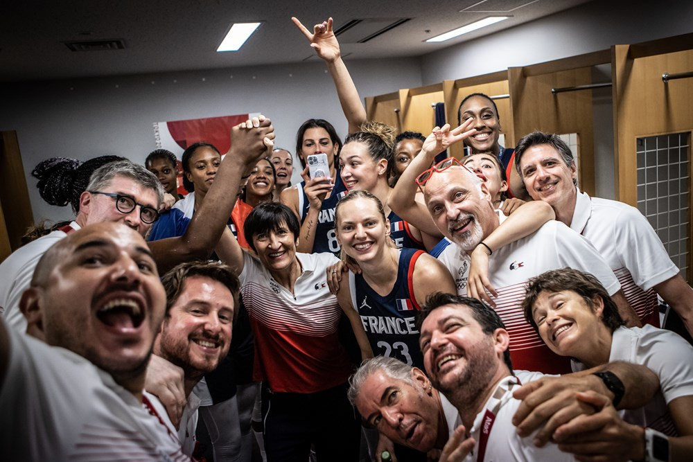 Valérie Garnier y el resto de la selección francesa celebrando el bronce de Tokio 2020